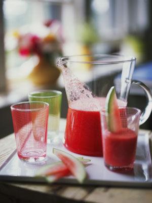 4.翠衣涼茶:  外面一層硬皮的新鮮西瓜翠衣,少量的炒梔子、赤芍、黃連、甘草、白糖。 文火煮20分鐘,濾渣取汁,加白糖,晾涼可飲。 (夏天就該來一杯~消暑又健康)