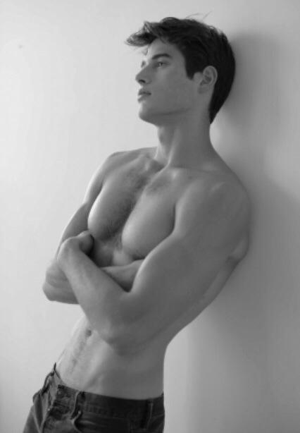 這種胸部這麼大、腰這麼細的比例 除了女人我沒想到男人也有