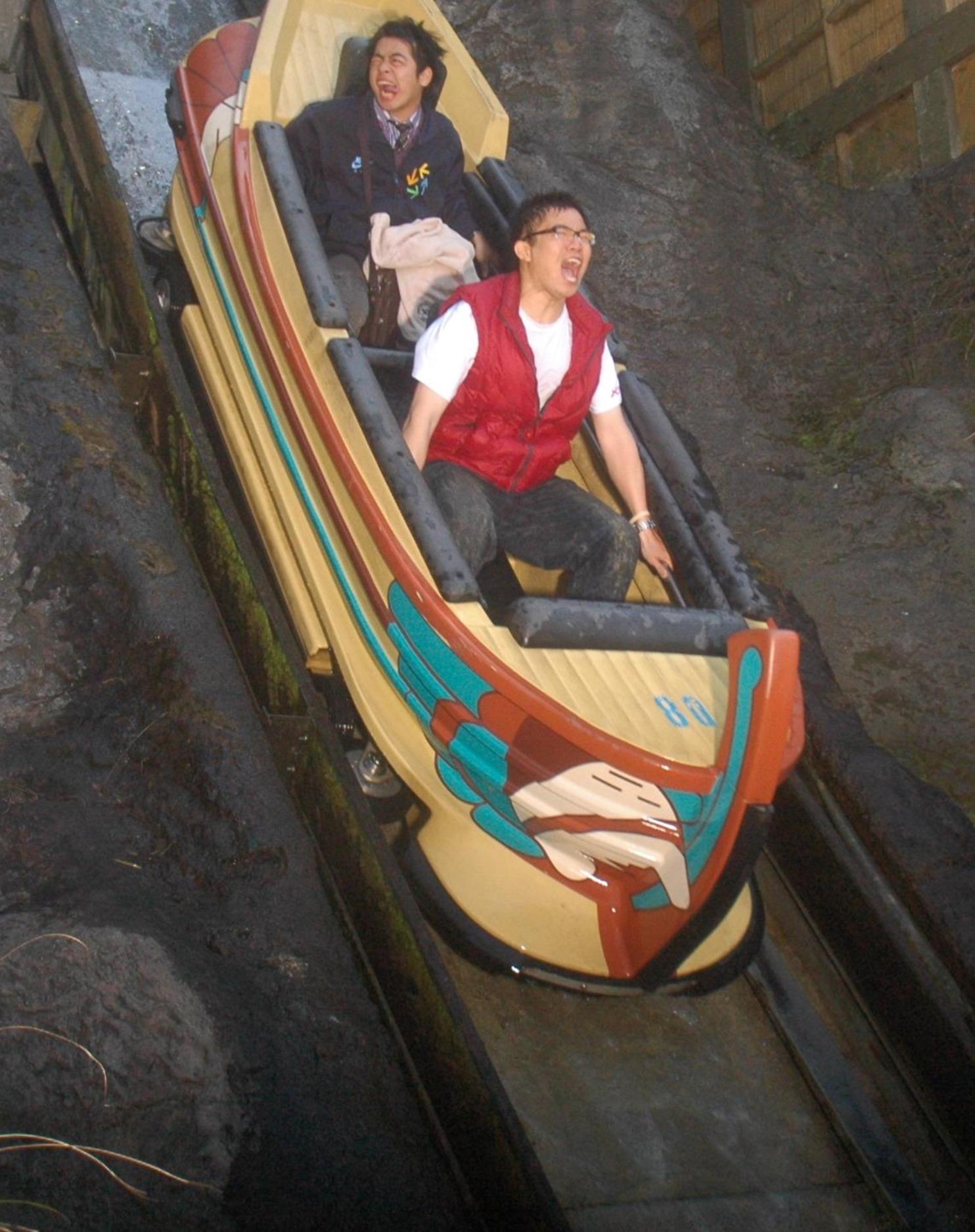 大家去遊樂園玩獨木舟~ 都會被拍下這種驚恐照片
