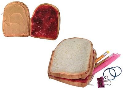 吐司夾草莓跟花生 上課看著看著都餓了!!