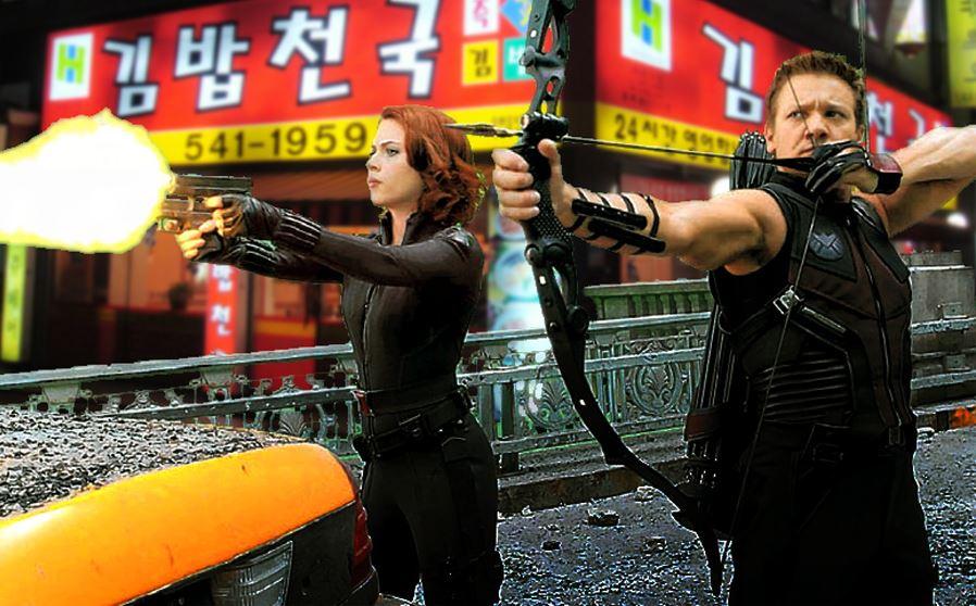 去年《復仇者聯盟2》到南韓開拍~ 到底電影會怎麼呈現?南韓鄉民先改圖惡搞一番 在韓國最大紫菜包飯連鎖店前面開戰XD
