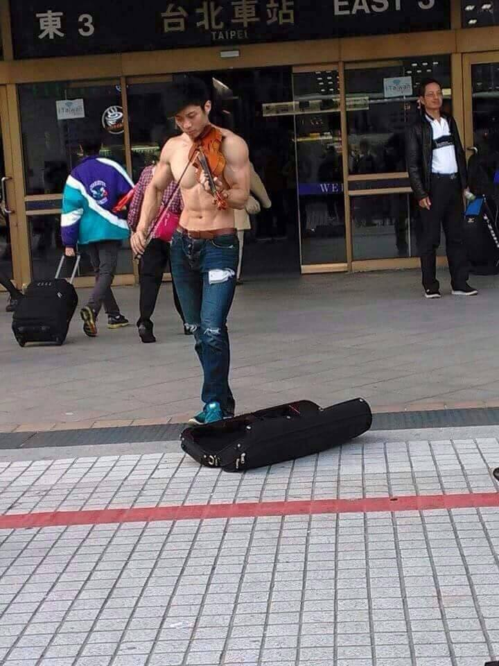 天氣這麼冷 光溜溜在台北車站、信義威秀等地出沒