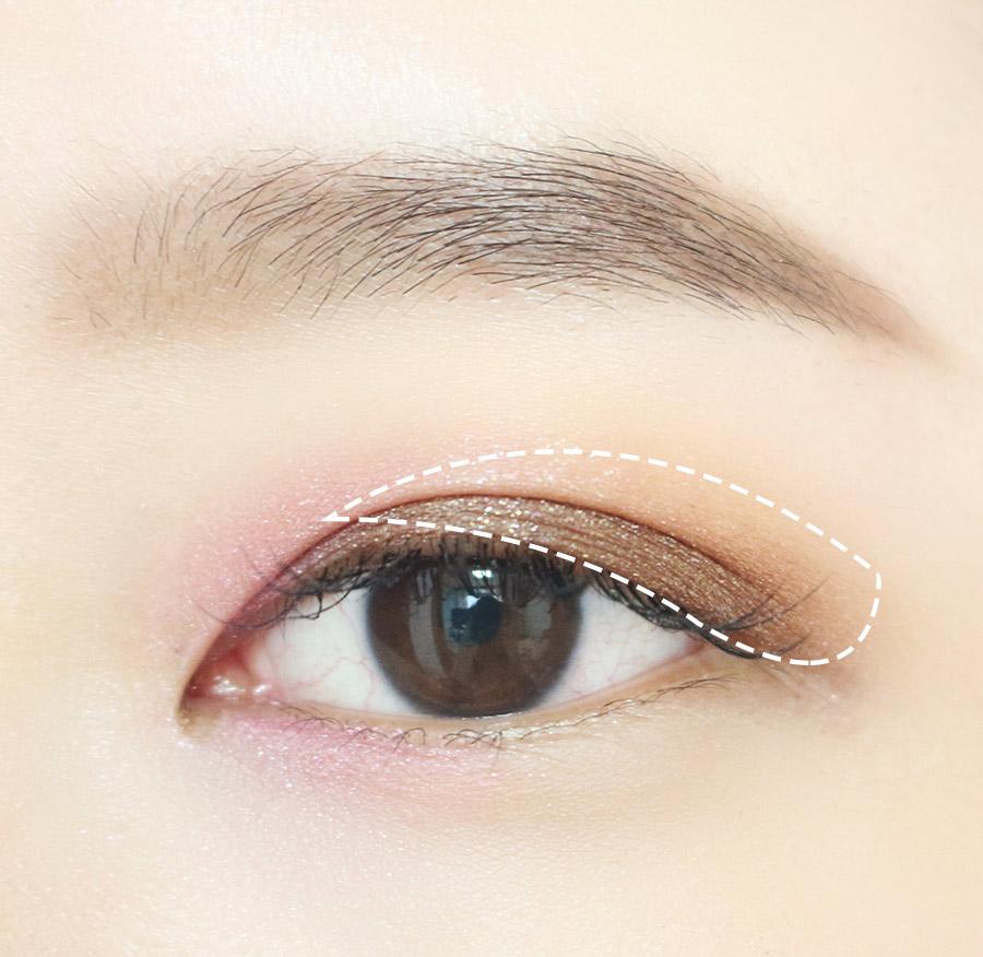 2.眼下對應部分也搽上粉色眼影 從眼球開始到後半部直達眼尾上咖啡色眼影