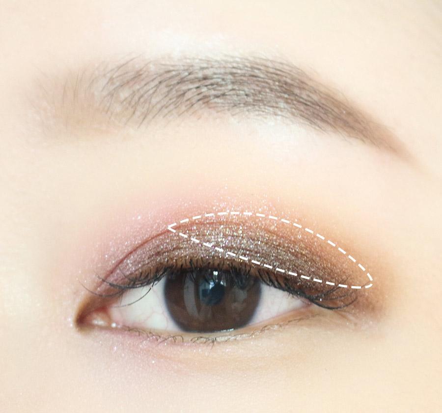3.在圖中眼尾位置壓上亮色眼影