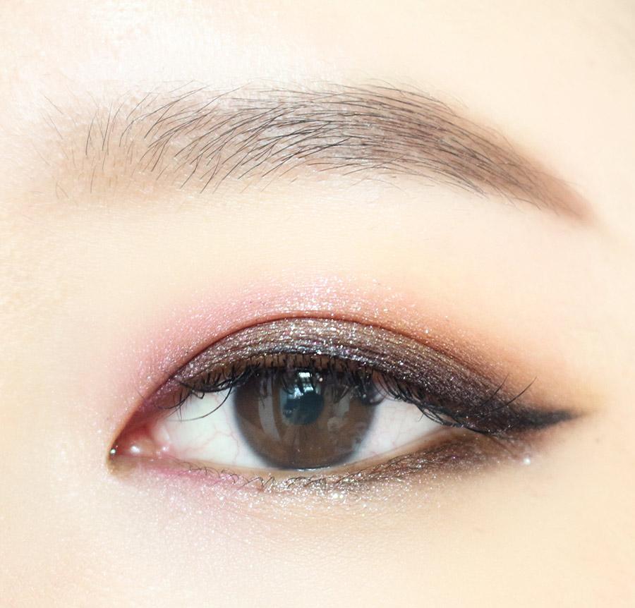 5.如果嫌不夠濃不夠壞 剛剛使用的眼影再搽一次 而下眼尾三角處延伸到眼珠則搽上深咖啡