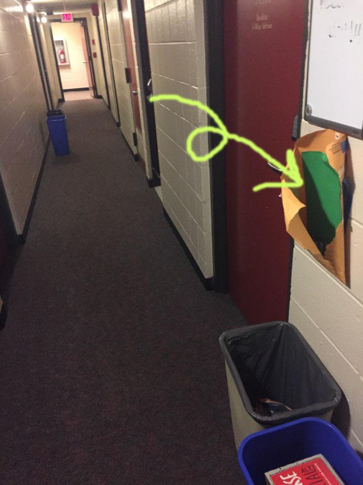 這裡是美國的一所大學宿舍 眼前這個貼上牆上的告示板下 有個已經被扯破的紙袋