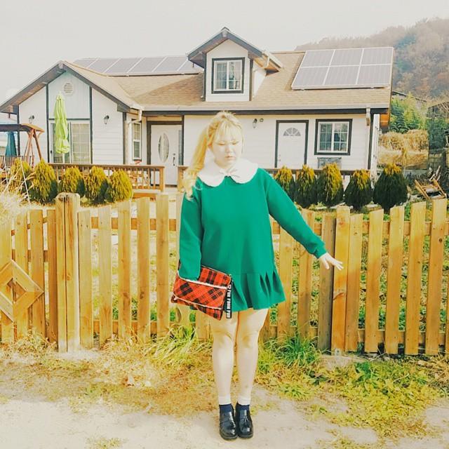 即使身材不符合主流標準 她選擇的衣服設計跟顏色都滿大膽的