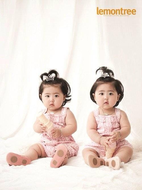 韓國元祖女團SES的(忙內)老么Shoo 一對雙胞胎客串綜藝節目《超人回來了》之後爆紅 這對濃眉大眼的雙胞胎 竟然遠在俄羅斯也找到一對極相似姊妹花