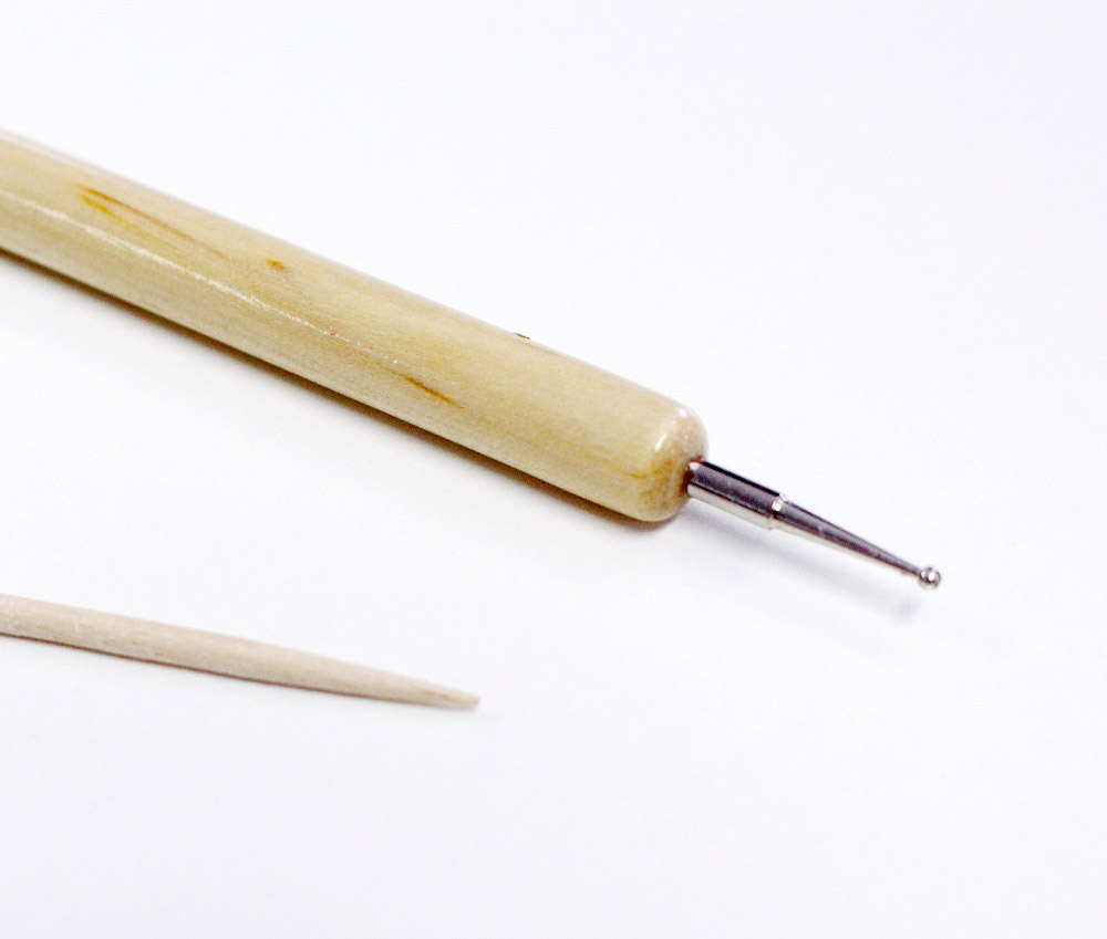 使用工具有美甲點花筆 但如果沒有的話 可以找前頭圓圓的工具代替