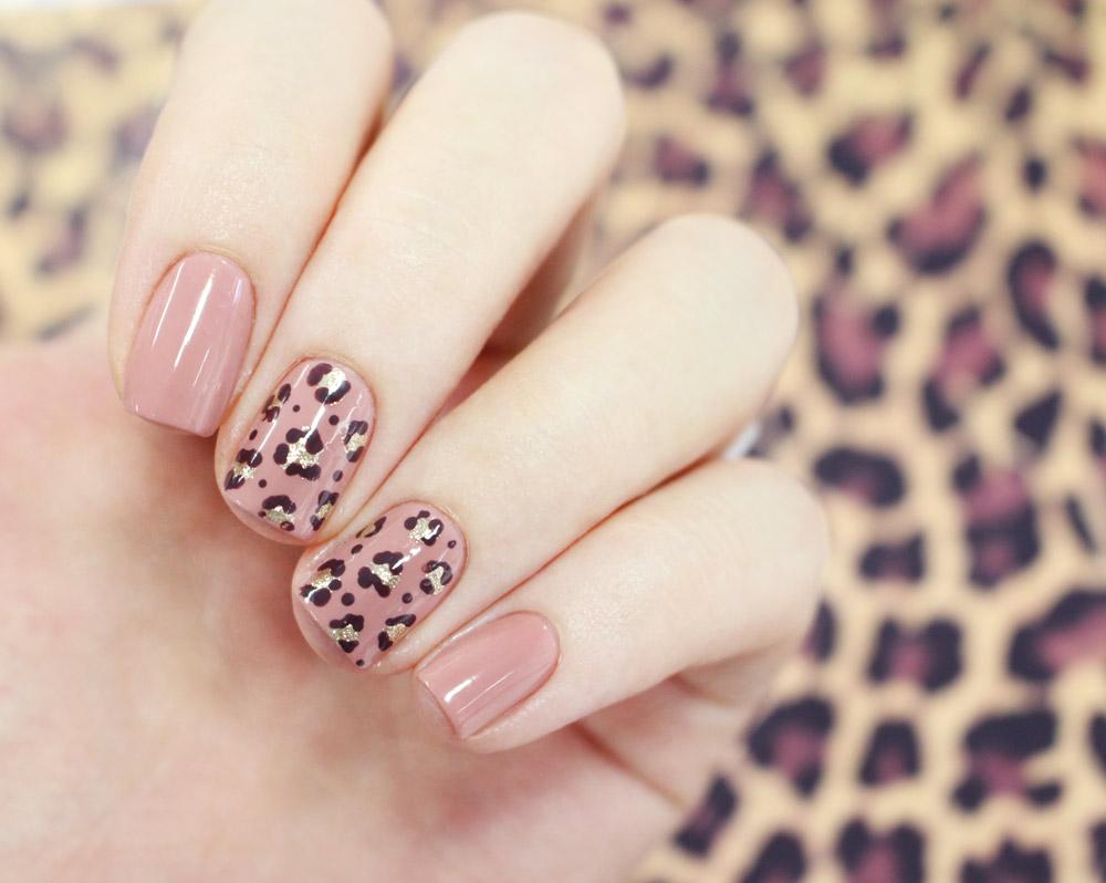 今天就搭一件豹紋單品 搭配你的可愛豹紋指甲吧~