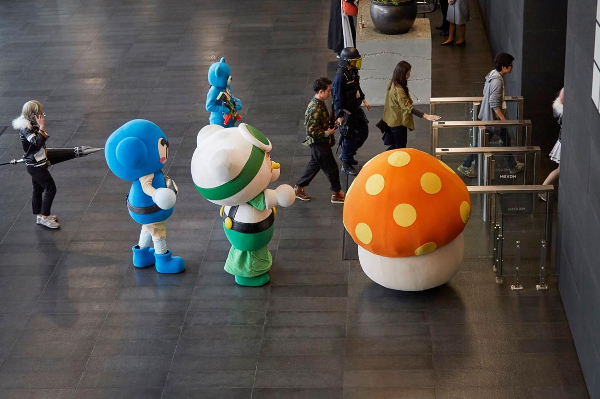過了閘門就可以進公司了 但是....那坨香菇怎麼辦?