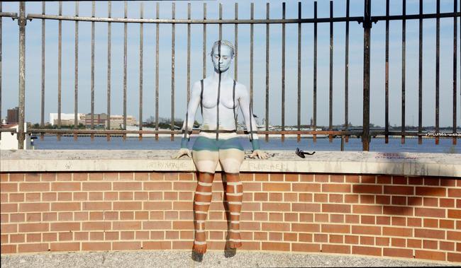 她寄送作品集時 覺得應該要親自畫上幾個人體才有說服力 所以她畫了4個身軀 其中一個還是她自己的