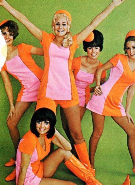 雖然當年的喜歡用亮色 看起來像是啦啦隊小姐的空姐風格 但樂於工作的心情 現在的空姐也是一樣的~