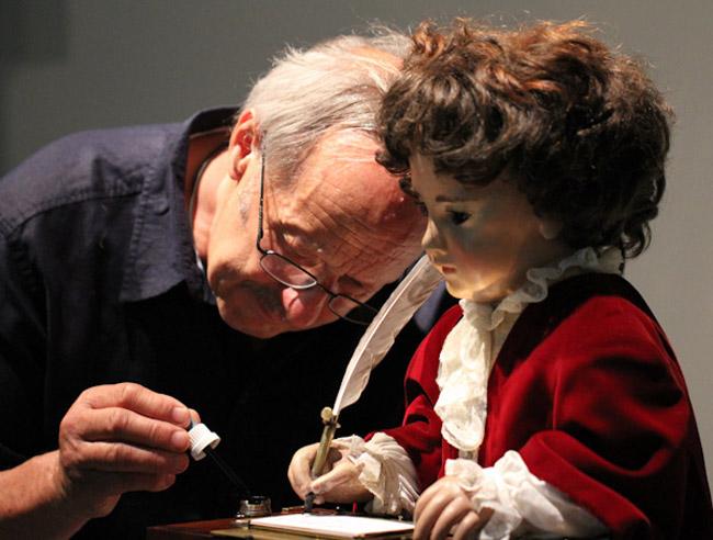 如果1770年製作出的娃娃 到現在會寫字還會畫畫 半夜應該看到會閃尿吧