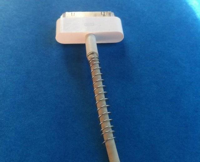 2. 使用原子筆內的彈簧收納你的充電線 因為接頭常因折到而接觸不良
