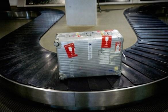 8. 盡量避免等待行李 短程旅行還可以以手提行李輕便出國 但是當行李太多呢? 可以在櫃檯秤重時貼上內有易碎物品標示 因此行李放上飛機時會放在最上一層 也就是最快放上行李轉盤上的一批