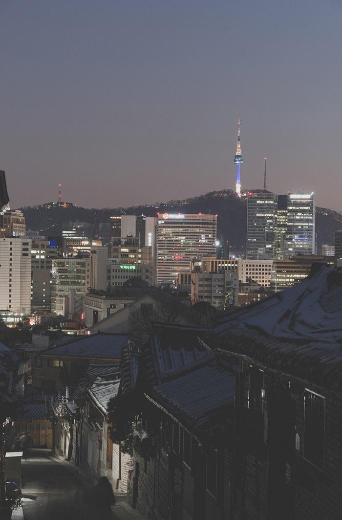 在古樸的韓屋屋簷間眺望不遠處的首爾市風景, 也別有一番心動的感覺