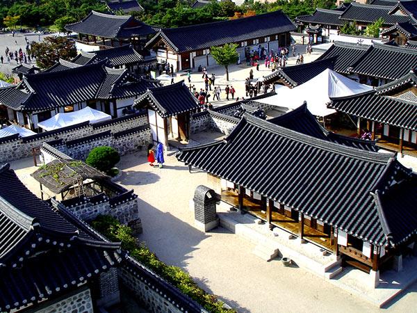 這裡每個季節都會開展不同的民俗體驗活動, 你還可以親自體驗韓國的傳統文化 不過這裡就是沒有人實際居住的觀光用民俗村了~