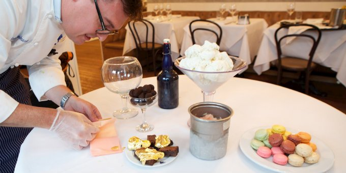 餐廳位於紐約 由主廚賽巴斯汀(Sebastien Chamaret)製作 最後淋上松露巧克力、玫瑰香檳製成的冰沙、24K金箔等材料就大功告成