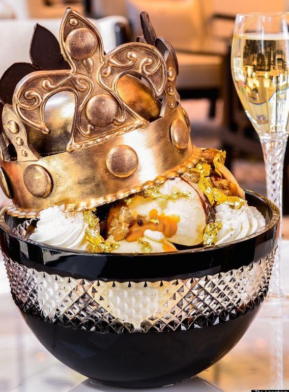 主要材料是軒尼斯白蘭地酒、香草與巧克力冰淇淋 24K金粉與一片金葉等