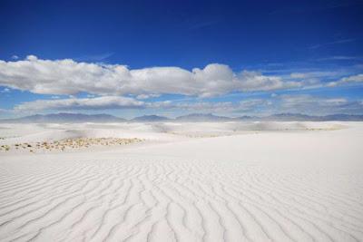 形成原因簡單說就是 石膏流進此盆地形成的湖泊裡 但是因為流不出去加上沙漠氣候蒸發後乾掉 形成結晶的石膏經年累月被風吹形成沙丘 最後就變成這麼一大片沙漠