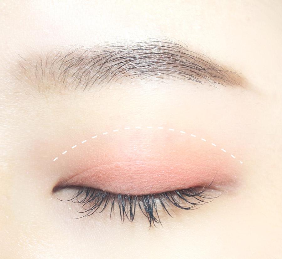 首先按圖中的白線以內範圍內 打上柚子色光澤的眼影 (裡面只有這個是不帶亮片的眼影唷