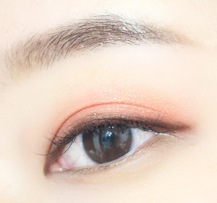 春夏的眼妝比起黑色,淡淡的咖啡色更合適唷~ 使用咖啡色的眼影 稍微畫出眼尾一點就好(不要學以前畫的韓眼妝勾太長)