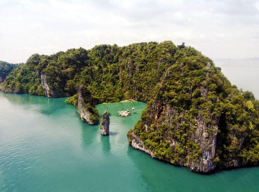 這座海上浮動電影院 安置於泰國度假村遙諾島的一處群山環抱的海灣之中