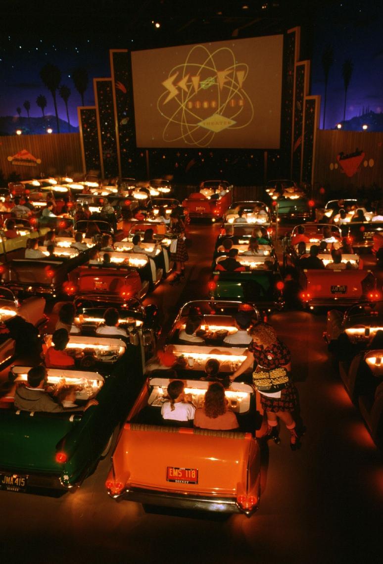 不但有種露天電影院fu~邊看電影還可以邊吃餐點
