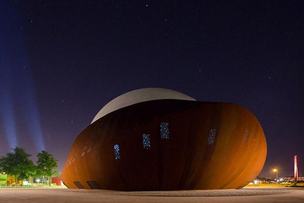 位於荷蘭格羅寧根省的infoversum影院 外型就像個天文館