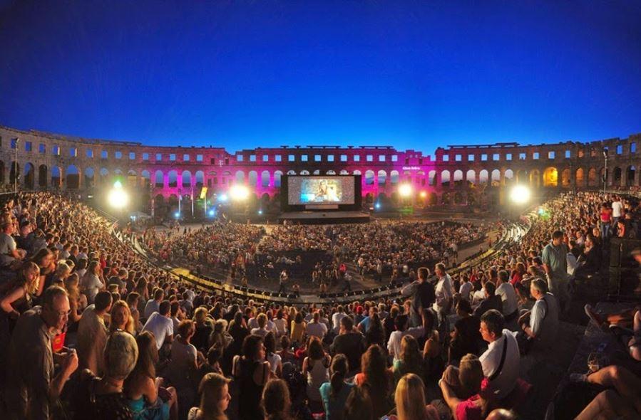 這個西元一世紀所建的圓形競技場 是世界上六個現存的羅馬競技場之一 在古蹟裡面看電影 真的很棒吧~