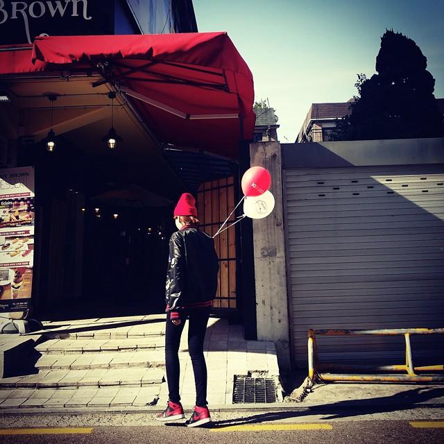 AJ1 bred   AJ一代的誕生始於1985年,喬丹本人名氣為它加分外 當時NBA只能穿白球鞋上場 喬丹不畏被罰款的風險(因為也不是他繳XD是nike繳的) 穿著紅黑白或黑紅球鞋上場 帥氣的身影讓球迷每人都想買一雙