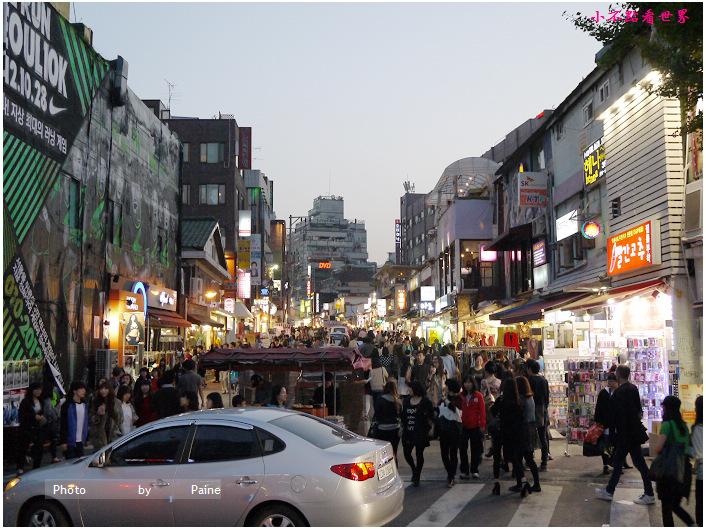 弘大是觀光客必訪景點 更是韓國年輕人愛去的地方 這裡可購物、去創意市集、觀看街頭藝人表演、聚餐喝酒、夜店跑趴 到了凌晨5、6點還是不夜城 尤其地鐵9號出口 每每都有誤以為是跨年夜的擁擠感XD