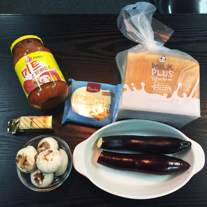 今天準備的食材主要有 義大利蕃茄肉醬、奶油、起司片、土司麵包、蘑菇、茄子