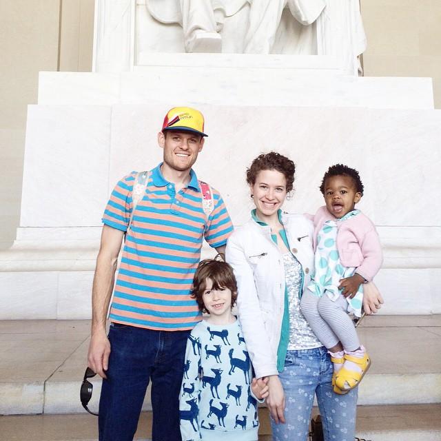 馬麻叫做Lindsey琳賽 跟丈夫結婚9年,育有一個6歲兒子  她自己就是兒童肖像攝影師 愛動物的她~除了珍珠(迷你豬) 家中還有2隻狗、2隻貓、2隻羊、1兔子、1烏龜