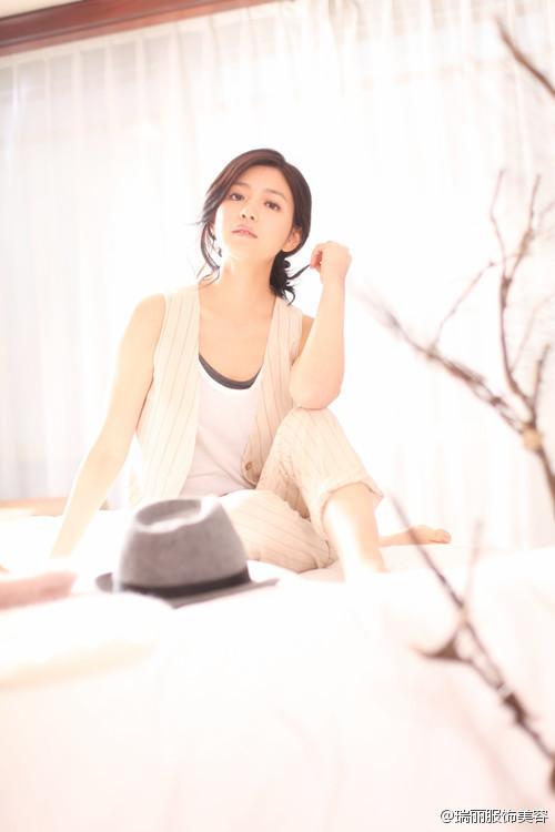 作為台灣女演員 陳妍希不只參與電影、電視劇的演出, 甚至跨界出唱片,挑戰各種可能~