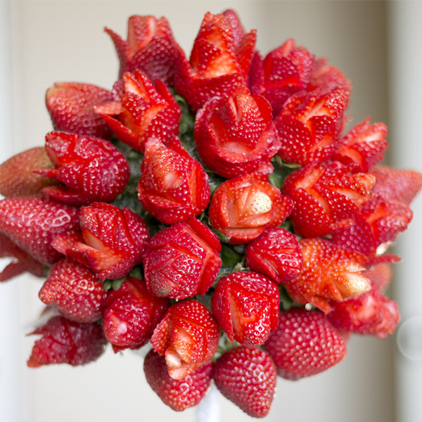 還是.....還份玫瑰草莓捧花?