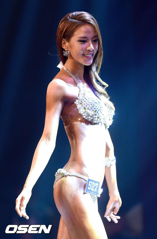 對了!她還曾獲選韓國釜山小姐喔~ (難怪這麼漂亮♥)