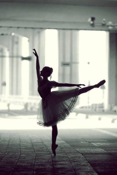 需要承受全身的重量 難怪很多芭蕾舞者的腳趾都被折磨的不承人形啊~♥ 對於練芭蕾舞的人~更多了幾分敬重呢~