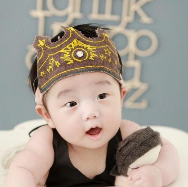 而這個小孩還擁有超能力,令眾姐妹們心都融化, 他正是Tukutz的兒子金允宇(音譯)是也!!!