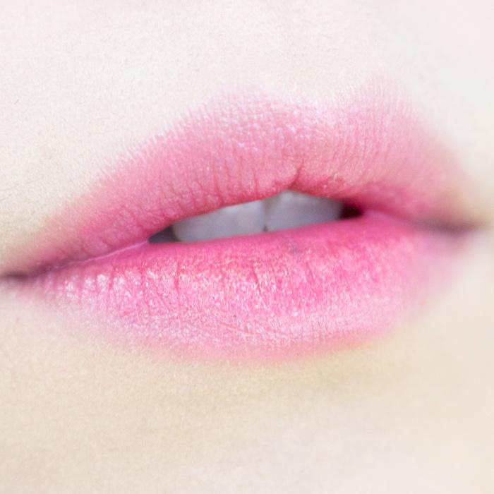 那麼就幫嘴唇也打個光吧!(笑) 只需要用上一點帶有珠光的眼影,稍微在唇部上方點一點, 那麼與別人不同的唇妝就出現啦! 看起來是不是比單純只有口紅、唇蜜的嘴唇更美麗呢?(羞)