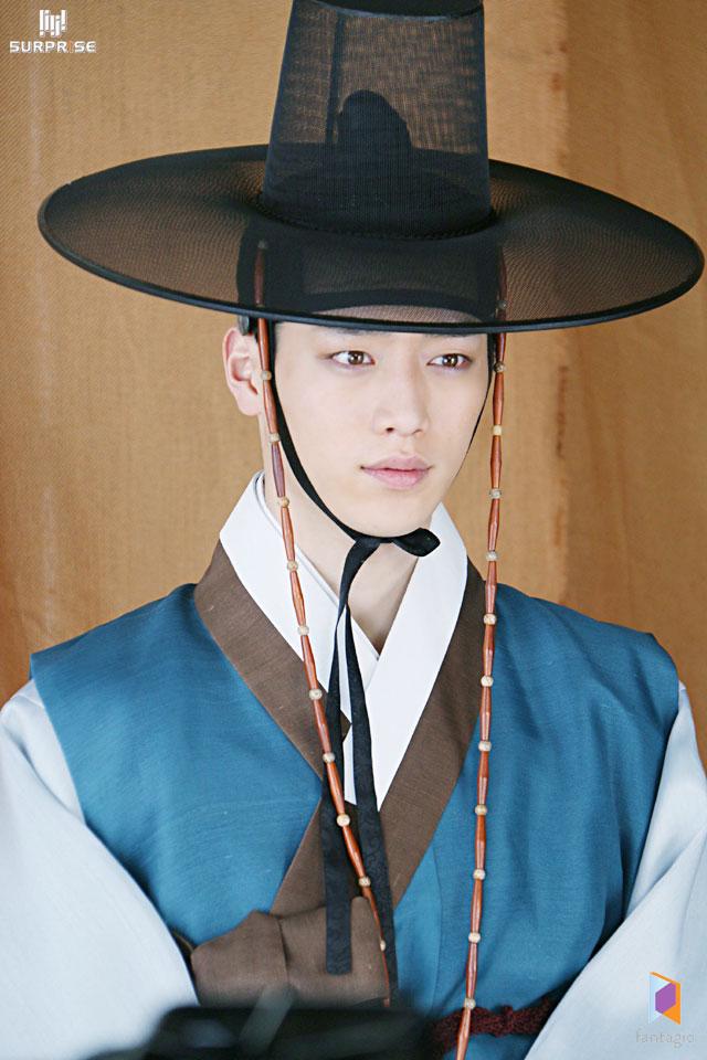 對了~你說康俊很眼熟是吧? 對啦~他最近開始接戲在演《Entourage Korea》 雖然我想要他好好當個上班族~ 但他好像更有明星魅力