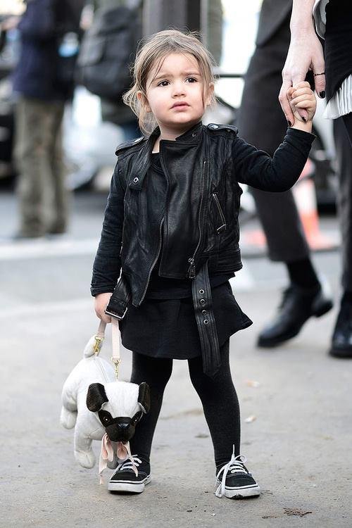 像米蘭時尚週一樣, 小朋友的帥氣皮衣,配上狗玩偶手提包的造型, 親手完成她的第一個時尚LOOK!