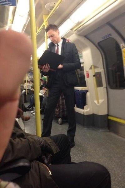 什麼!「洛基」的現代西裝裝扮這麼好看!? 你瞧瞧湯姆希德斯頓的這雙長腿~~~(眼睛變愛心)