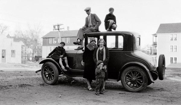一些企業們開始將汽車、收音機、洗衣機等當代的高價產品, 建立了可以分期的系統, 因此降低消費能力的界線,中產階層的消費者開始增加。