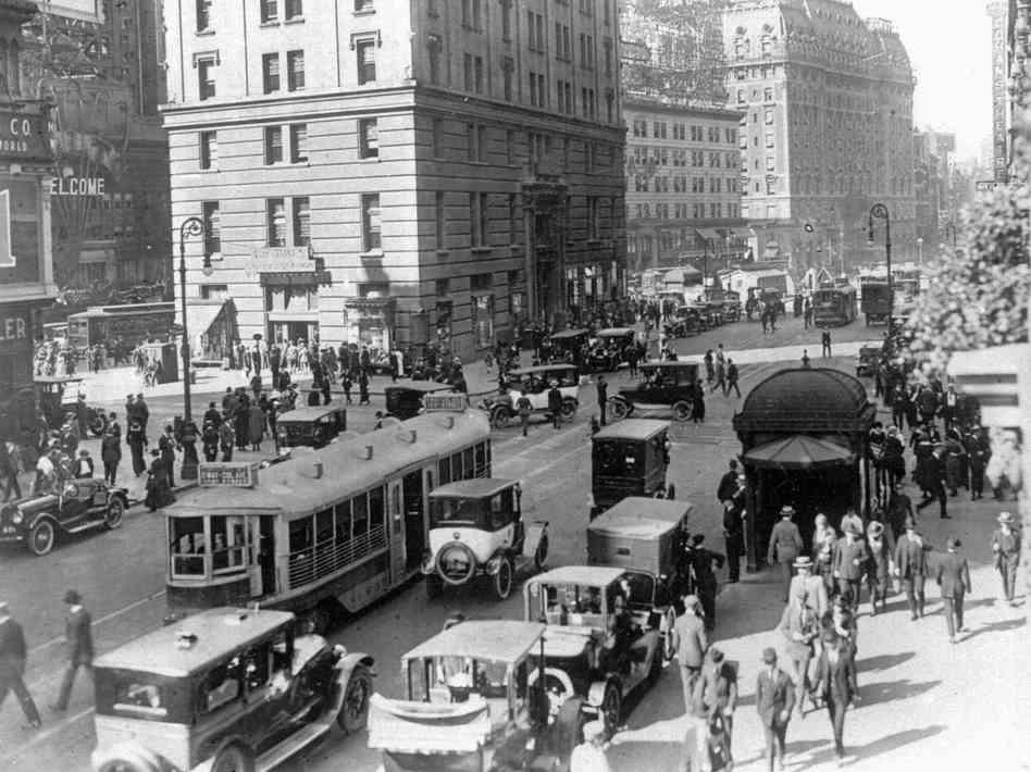 這個時期,在美國城市裡開始到處都可見汽車的存在! 當時的美國人們,只要有多的錢, 最先買的便是汽車!(照片是1920年代的紐約)