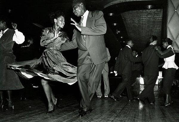 除此之外,也引起一波爵士音樂舞的風潮! 在美國不論男女,都喜歡這輕快的爵士節奏,與音樂共舞~