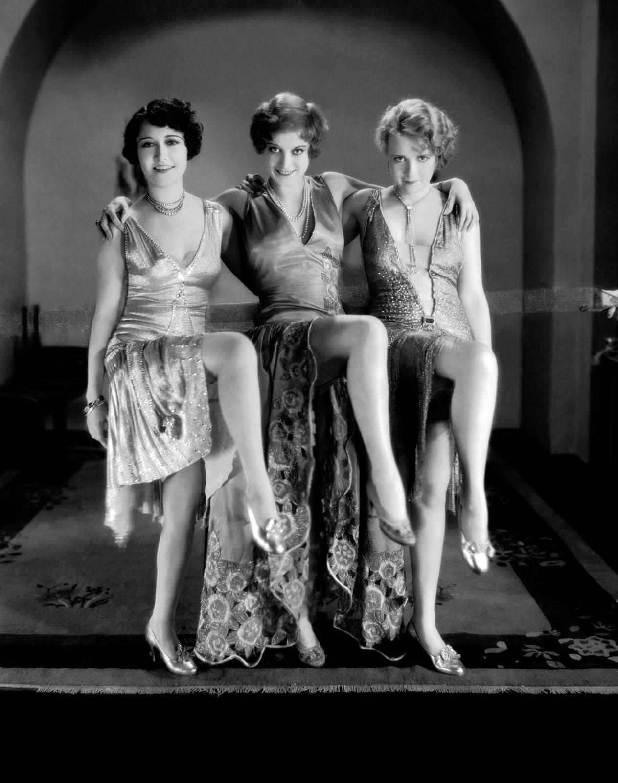 在時尚方面,也是變化萬千! 女生們的長裙時期似乎漸漸走遠,短裙的時代到來!