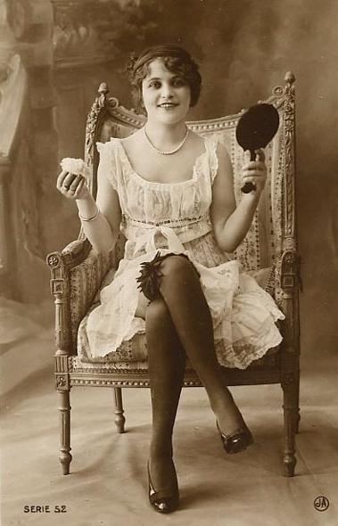 特別是稱作Flapper的造型, 女生們剪短頭髮,擦上口紅,穿上短裙的造型,是當時的飛炫!