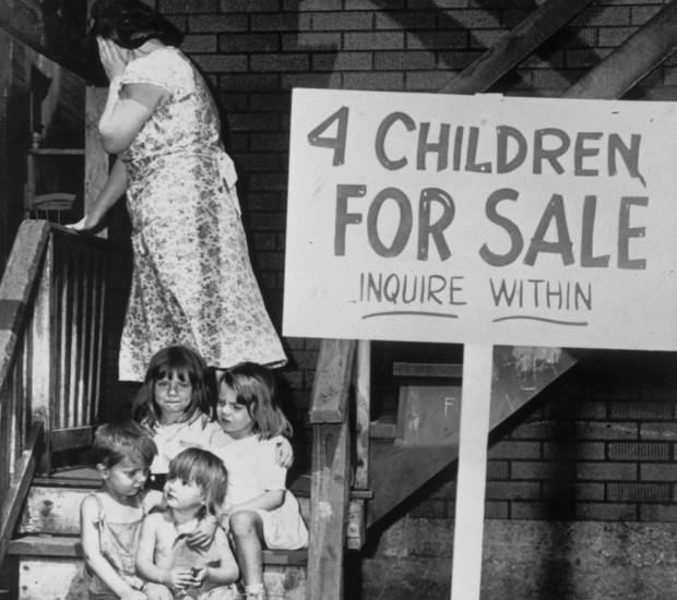 當時的美國,完全可以用上面這張照片來表現.....QQ  在市場上,連孩子都成了買賣。  這正是10年前贏了全世界主人這個地位的美國的真實案例啊~!